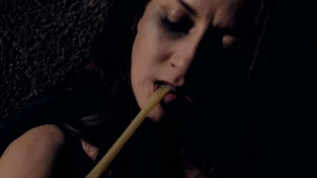 einsame drogenabhängige frau mit tourniquet, um heroindosis in ihren arm zu injizieren - suchtkranker stock-videos und b-roll-filmmaterial