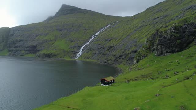 anteni̇: yalnız küçük bir evde i̇skandinav vahşi göl üzerinde seyir. - bakir yer stok videoları ve detay görüntü çekimi