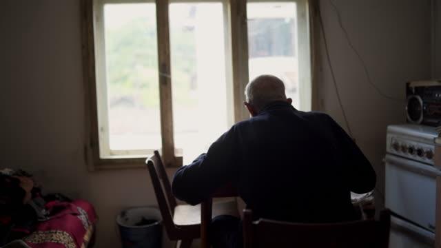 lonely senior man - samotność filmów i materiałów b-roll