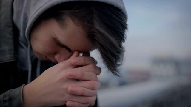 stockvideo's en b-roll-footage met eenzame tiener zittend op dak van het huis - ongerustheid