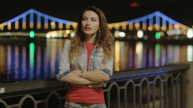 Einsame Frau warten auf jemanden auf der Brücke bei Nacht – Video