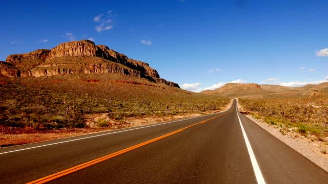 lunga e strada vuota nel sud-ovest degli stati uniti, nevada - red rock canyon national conservation area video stock e b–roll