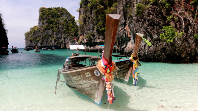 long boat and blue water at maya bay in phi phi island, krabi thailand - phuket video stock e b–roll