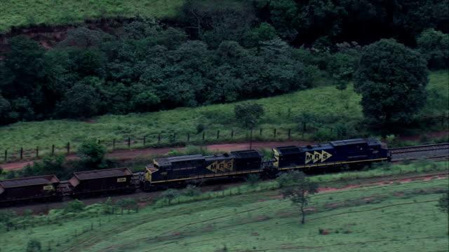 uzun kömür treni yakınında congonhas - havadan görünümü - minas gerais, congonhas, brezilya - minas gerais eyaleti stok videoları ve detay görüntü çekimi