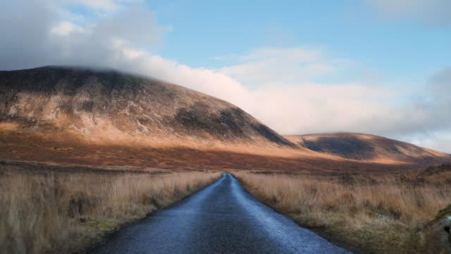 vídeos y material grabado en eventos de stock de largo camino en las tierras altas escocesas - viaje a reino unido