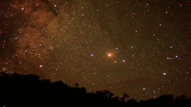 lång exponering av stjärnor och vintergatan över berget på natten. - mars bildbanksvideor och videomaterial från bakom kulisserna