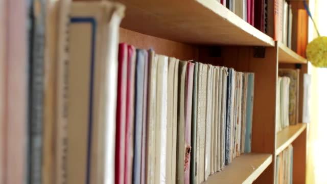 långa hallen på biblioteket med trä bokhyllor - looking inside inside cabinet bildbanksvideor och videomaterial från bakom kulisserna