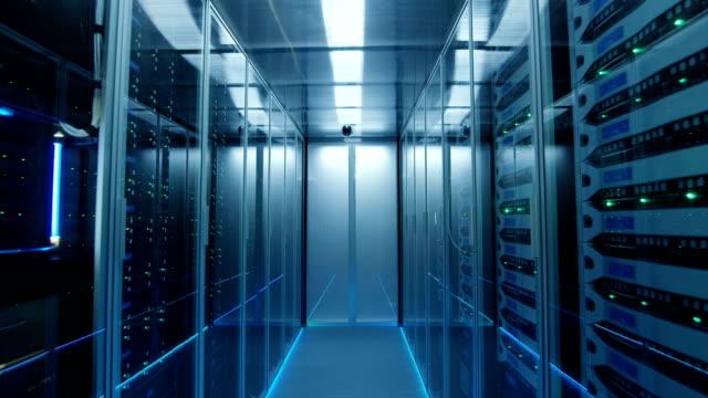 långa korridoren full serverrack i ett modernt datacenter - server room bildbanksvideor och videomaterial från bakom kulisserna