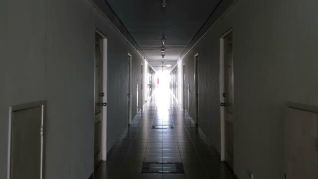 corridoio lungo - soffitto video stock e b–roll