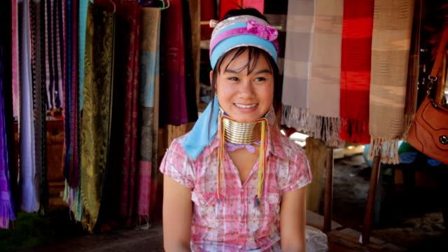 long neck karen donna mostra thailandia stile di benvenuto - costume tradizionale video stock e b–roll