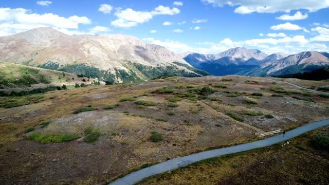 vídeos de stock, filmes e b-roll de longo caminho levando a incrível paisagem de montanha rochosa de colorado - independence pass