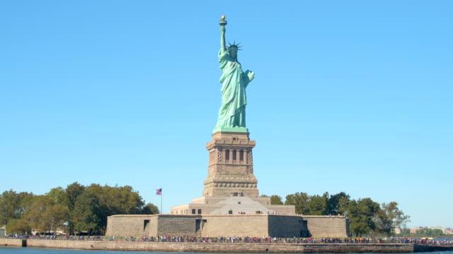 特寫: 長佇列形成標誌性雕像的自由,紐約州入口處 - 州立公園 個影片檔及 b 捲影像