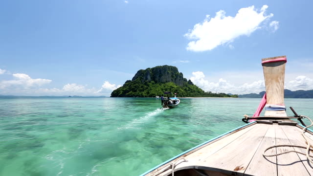 vídeos de stock, filmes e b-roll de longa cauda passeio de barco no mar de andaman, phuket, krabi, tailândia - phuket