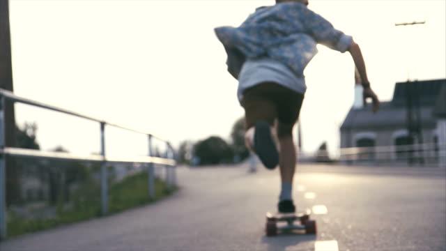 kentsel ortamda longboarding - estonya stok videoları ve detay görüntü çekimi