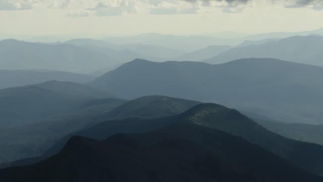 vista a lunga distanza delle infinite cime montuose - monti appalachi video stock e b–roll