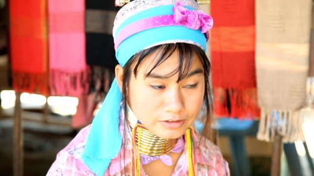 tribù di collina longneck karen. full hd - costume tradizionale video stock e b–roll