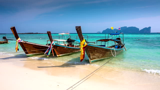 longtails su thai beach-tailandia - phuket video stock e b–roll