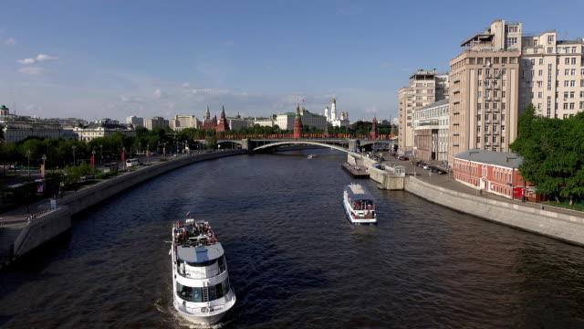 titta från patriarshy bridge till panoramautsikt över moskva floden - turistbåt bildbanksvideor och videomaterial från bakom kulisserna