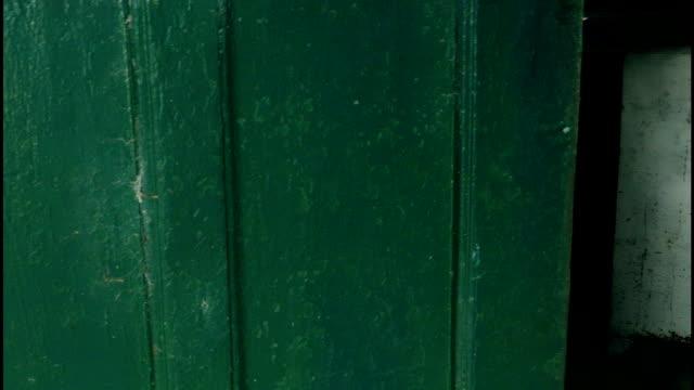 blick ins zimmer und peitsche pfanne verlassenen gebäude - waschmaschine wand stock-videos und b-roll-filmmaterial