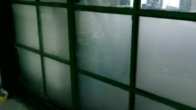 schauen sie durch krankenhaus ruine fenster - waschmaschine wand stock-videos und b-roll-filmmaterial