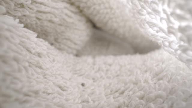 ein blick unter das texturierte gewebt des handtuchs - kurzwaren stock-videos und b-roll-filmmaterial