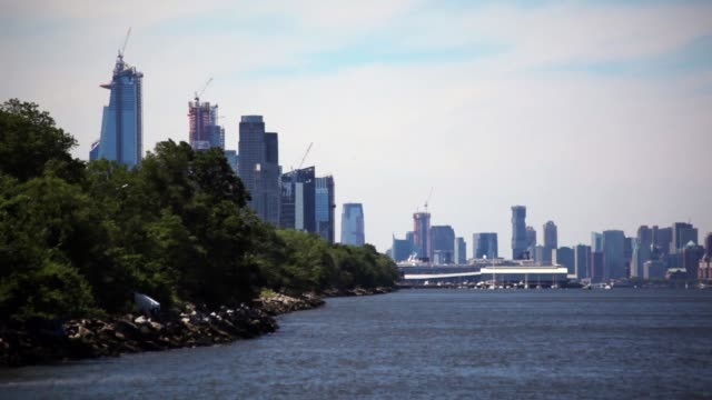 Looking Along Hudson River Shoreline NYC View looking south along the shoreline of the Hudson River in New York City on a sunny day. 天の川 stock videos & royalty-free footage
