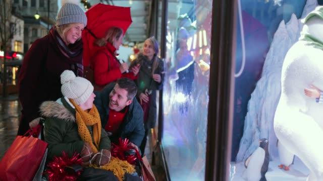 betrachtet man weihnachts-dekorationen - schaufenster stock-videos und b-roll-filmmaterial