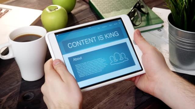 vidéos et rushes de regarder du contenu est roi page de destination à l'aide de la tablette tactile - content