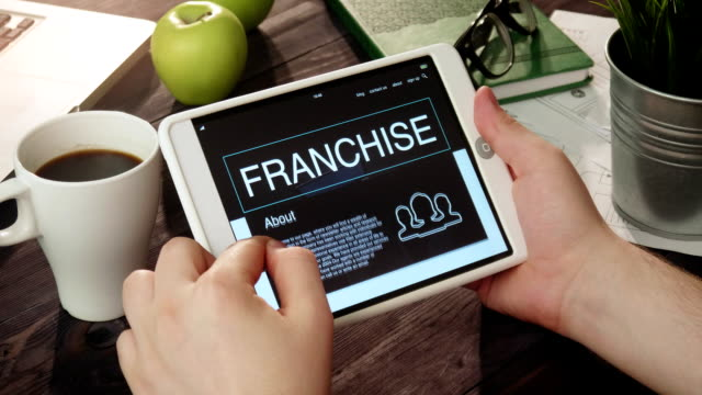 taşınabilir bilgisayarı kullanmaya franchise app seyir - coğrafi konum stok videoları ve detay görüntü çekimi