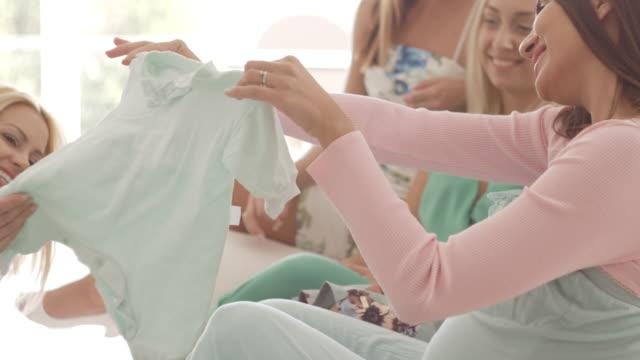 vídeos de stock, filmes e b-roll de olhando apresenta na festa do chuveiro de bebê - chá de bebê