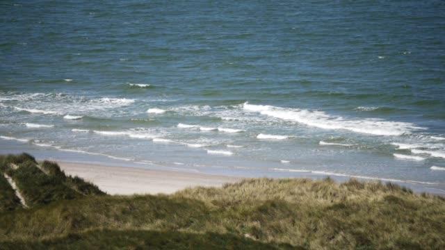 Blick auf den Strand mit Breaking Waves in Zeitlupe – Video