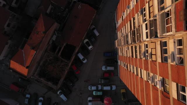tittar ner på parkeringen - walking home sunset street bildbanksvideor och videomaterial från bakom kulisserna