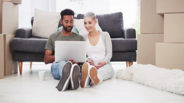 vídeos y material grabado en eventos de stock de ¿buscas un diseñador de interiores asequible? pregunte a internet - propiedad inmobiliaria