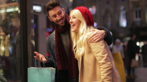 vidéos et rushes de vous cherchez des cadeaux de noël - faire les courses