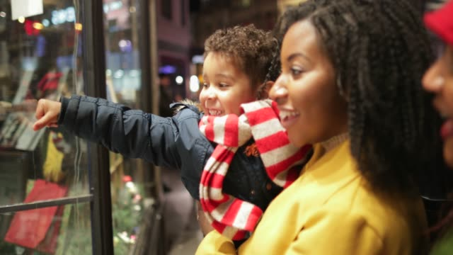 선물 크리스마스를 찾고 - 쇼핑 스톡 비디오 및 b-롤 화면