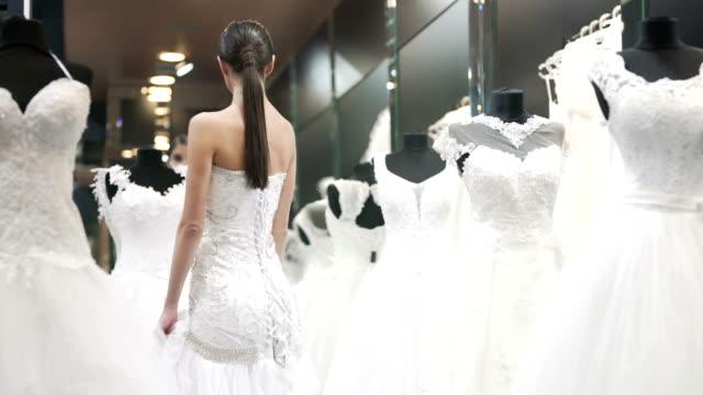 looking for the perfect dress - modella negozio video stock e b–roll