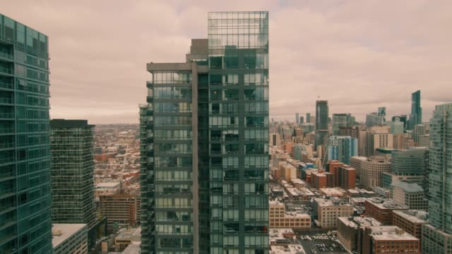 vídeos de stock e filmes b-roll de looking out a high-rise apartment building. the camera tilts down revealing that it is inside an apartment, behind a window. people and cars travel below. - obras em casa janelas