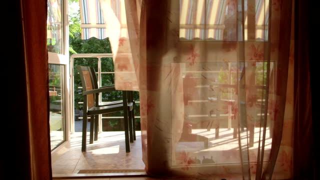 を見晴らすオープンウィンドウガラスドアとカーテンで、風に揺れる - デッキ点の映像素材/bロール