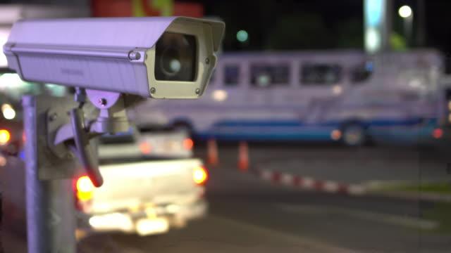 blick über traffic nacht cctv - überwachungskamera stock-videos und b-roll-filmmaterial