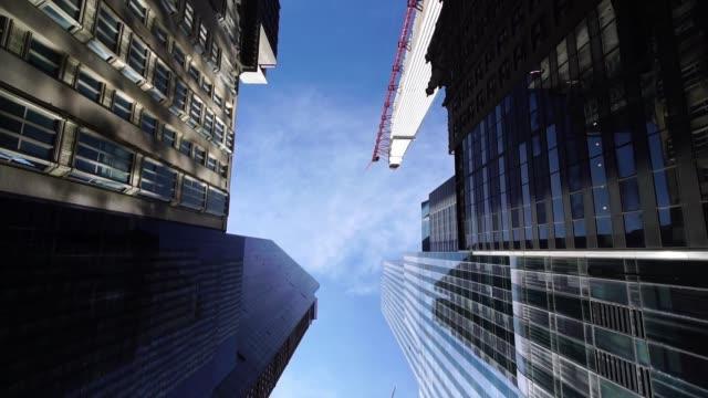 ニューヨークニューヨーク市マンハッタンの近代的なビジネス超高層ビルのグライドショットビューを見上げる - ローアングル点の映像素材/bロール