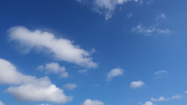 vídeos de stock, filmes e b-roll de olhando o céu azul enquanto navegava no barco - só céu