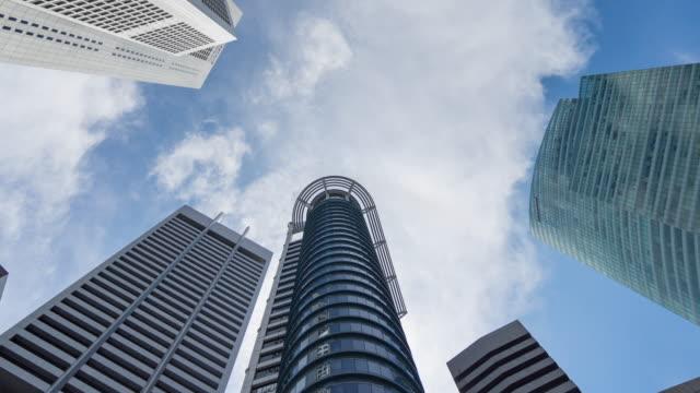 雲と青空を動かして近代的な建物を見上げて、ショットタイムラプスビデオの下に直接 ビデオ