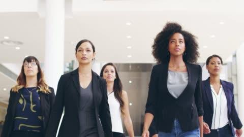 vidéos et rushes de on dirait qu'ils veulent dire affaires - jeunes femmes