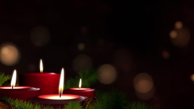 vídeos y material grabado en eventos de stock de velas en bucle en la corona de advenimiento y el espacio de copia oscura. - advent
