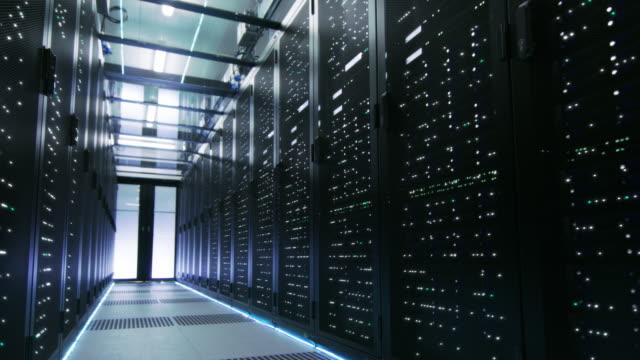 loopas cinemagraph: arbets- och aktiva data center med server rack full av blinkande led-lampor. - server room bildbanksvideor och videomaterial från bakom kulisserna