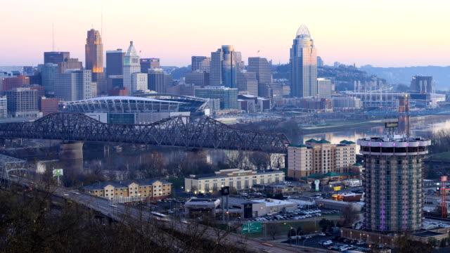 Looped dag tot nacht timelapse van Cincinnati, Verenigde Staten video