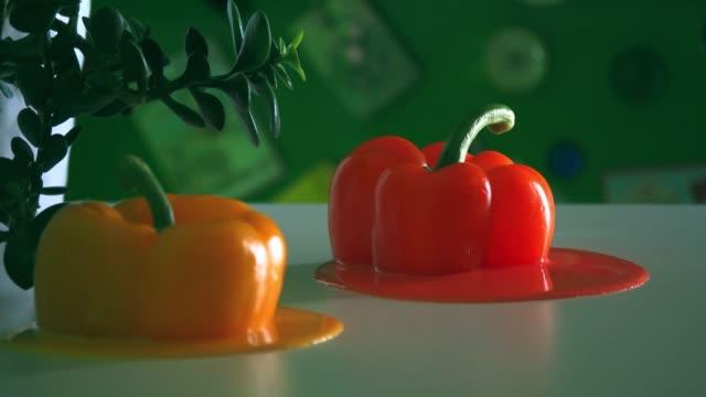 geschlungene stop-motion-animation von geschmolzenem paprika - landscape crazy stock-videos und b-roll-filmmaterial