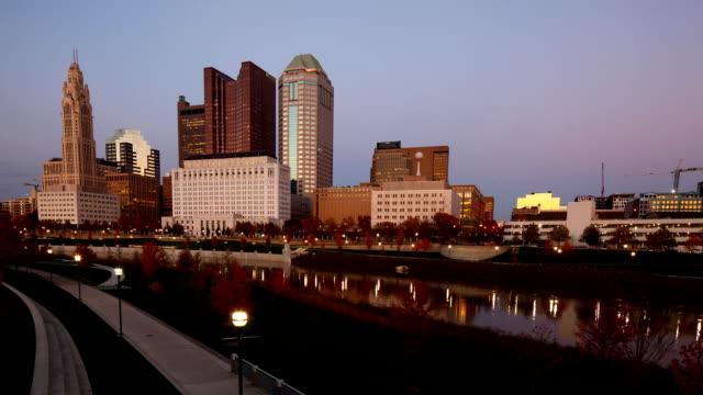 columbus, ohio, amerika birleşik devletleri gece timelapse gün looping - columbus day stok videoları ve detay görüntü çekimi