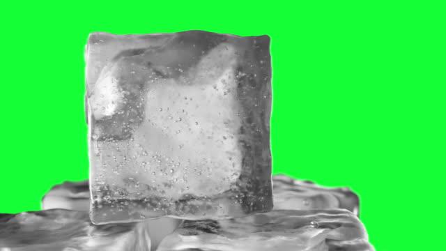 yeşil bir arka plan chroma anahtar yeşil ekranda buz küpü döngü döndürme. dikişsiz döngü 3d animasyon - küp buz stok videoları ve detay görüntü çekimi