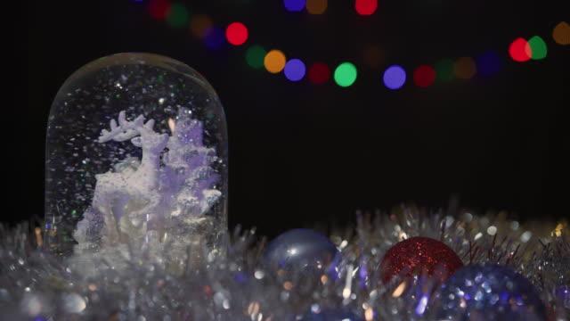 vídeos y material grabado en eventos de stock de looping globo de nieve, escena de navidad para regalar y conceptos de navidad. espacio para copia de texto. 4 variantes de color y versiones looping. - snowman